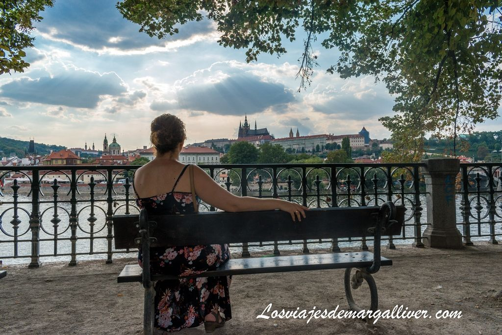 Margalliver admirando la belleza de Praga - Los viajes de Margalliver