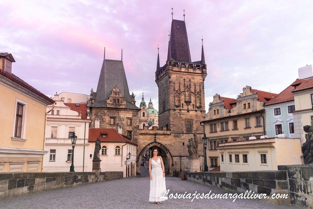 Margalliver en el puente de carlos al amanecer, cosas que hacer en Praga - Los viajes de Margalliver
