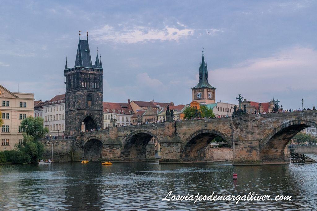 Vistas del puente de carlos desde el crucero que hicimos por el rio Moldava en Praga - Los viajes de margalliver