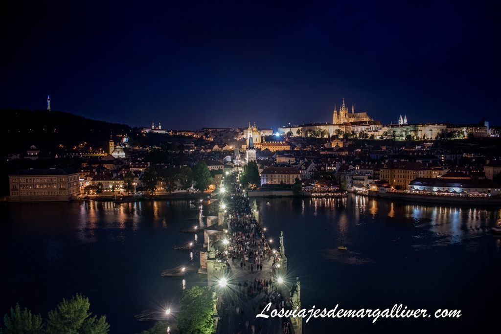 Vistas espectaculares del puente de Carlos desde la torre de la ciudad vieja, que ver en Praga - Los viajes de Margalliver