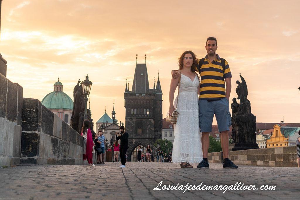 Viendo el amanecer desde el puente de Carlos, que ver y hacer en Praga - Los viajes de Margalliver