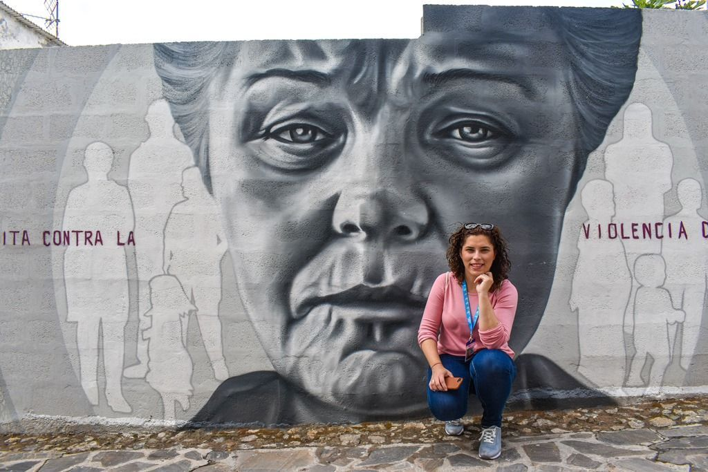 Margalliver en el mural contra la violencia de género en Almócita, pueblo de Almería - Los viajes de Margalliver