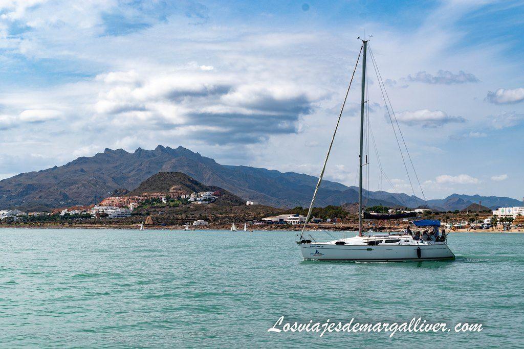Preciosas vistas de Mojácar durante nuestro paseo en velero en Garrucha de nuestra ruta por Almería - Los viajes de Margalliver