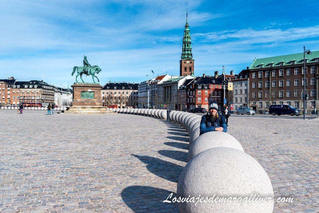 Posando con las bolas en la entrada del palacio de Christiansborg en Copenhague - Los viajes de Margalliver