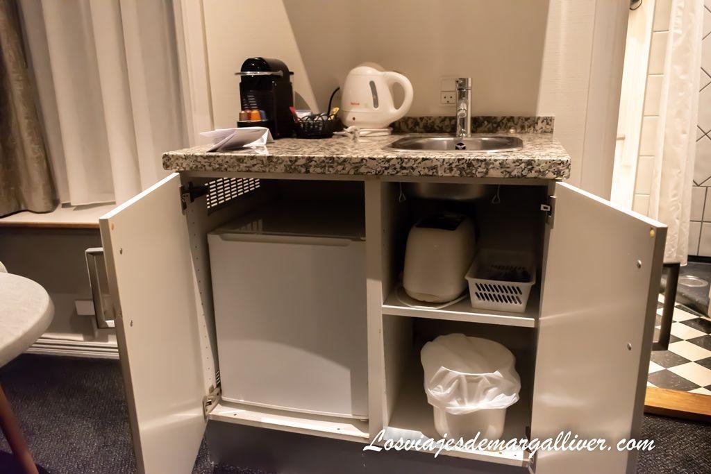 Detalle de la mini cocina de la habitación del hotel Tiffany en Copenhague - Los viajes de Margalliver