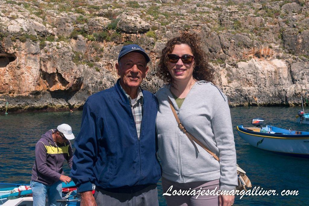 Margalliver y el patrón de nuestra barquita por la Blue Grotto en Malta - Los viajes de Margalliver