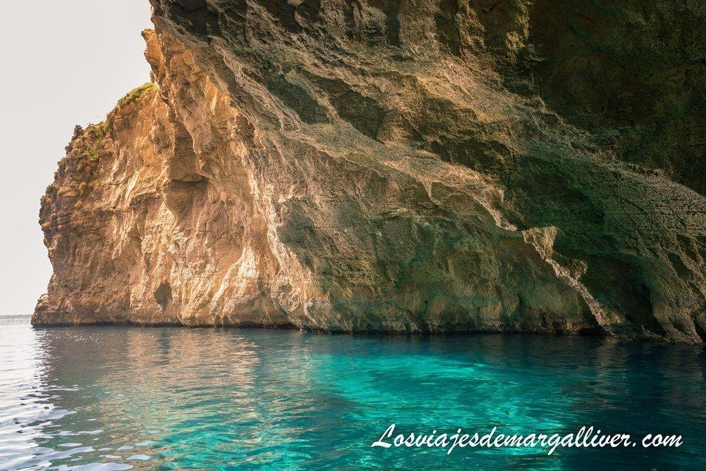 juego de luces en la Blue Grotto en Malta - Los viajes de Margalliver