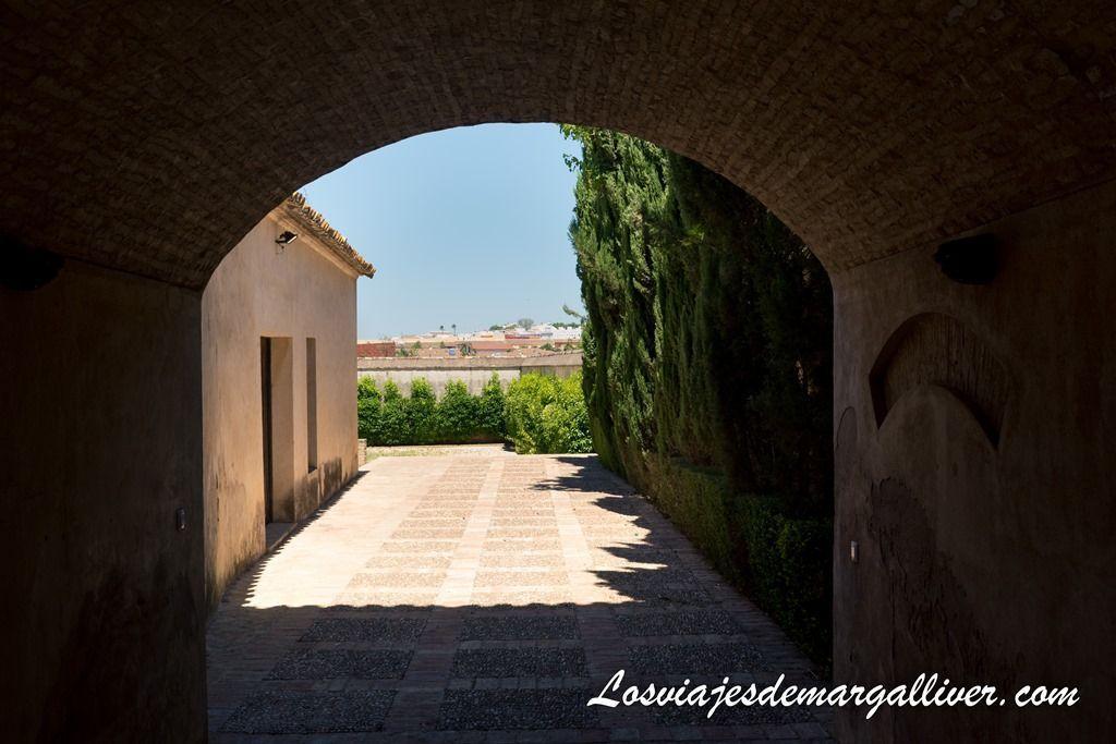 entrada al jardín de la iglesia de san pedro en nuestar ruta por el aljarafe - Los viajes de Margalliver