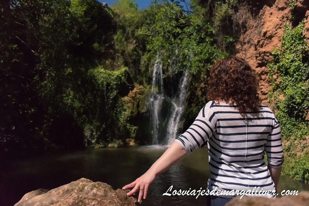 Margalliver y la cascada principal del Huéznar al fondo, en la sierra norte de Sevilla - Los viajes de Margalliver