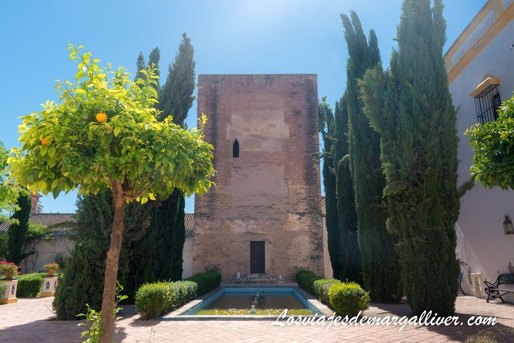 Patio con la torre mocha del monasterio de Loreto en Espartinas - Los viajes de Margalliver