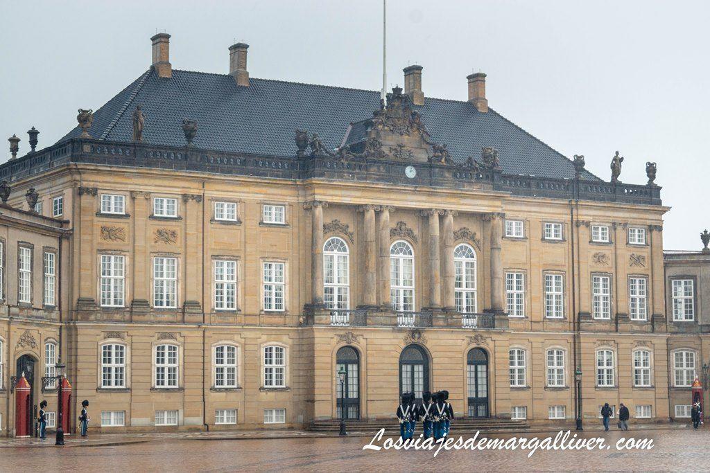 uno de los edificios que componen el palacio de Amalienborg - Los viajes de Margalliver