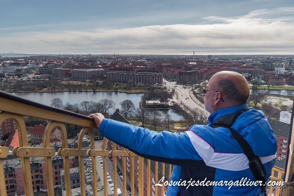 Mi padre posando con Copenhague al fondo - Los viajes de Margalliver