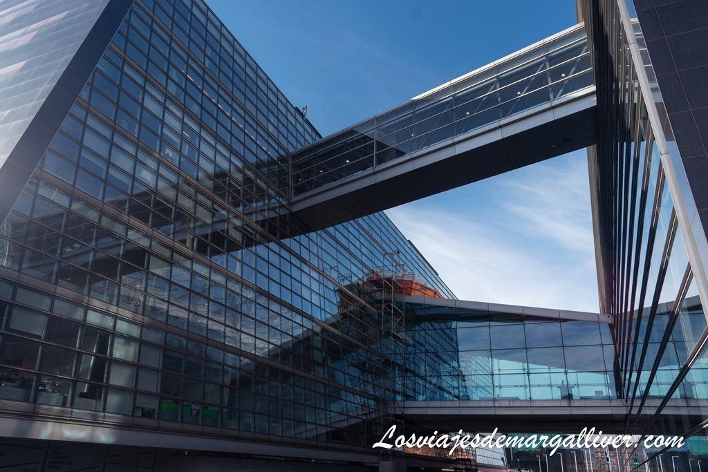 pasarelas para pasar del edificio antiguo al nuevo de la biblioteca real - Los viajes de Margalliver