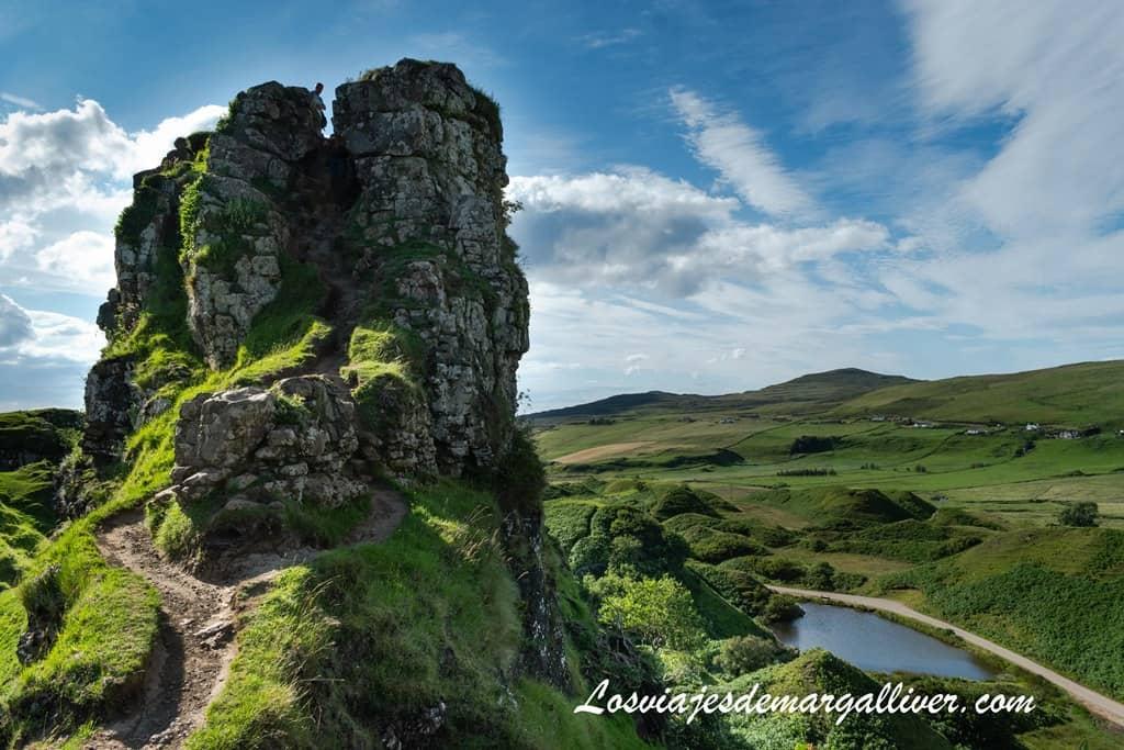 Castillo en el valle de las hadas o fairys glen en isla de Skye - Los viajes de Margalliver