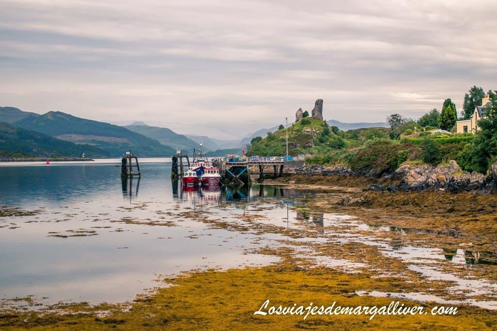 Puerto de Kyleakin con los restos del castillo al fondo- Los viajes de Margalliver