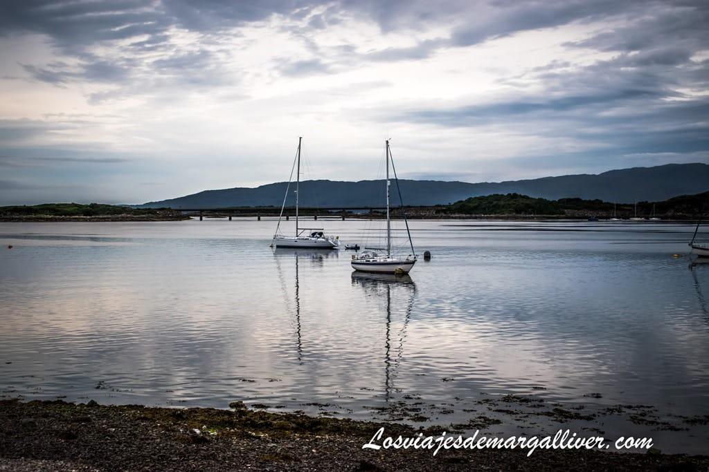 Vistas al puente que une la isla de Skye con Escocia, Hotel Sauce Mary´s en Isla de Skye - Los viajes de Margalliver