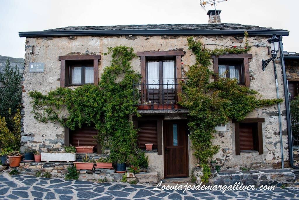 Típica casa de Valverde de los Arroyos en la ruta de los pueblos negros de Guadalajara - Los viajes de Margalliver