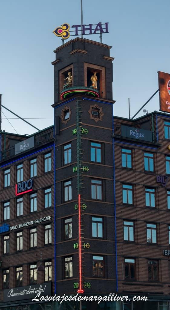 """Aquí podeis ver a """"La chica del tiempo"""" encima del termometro gigante en Copenhague- Los viaj"""