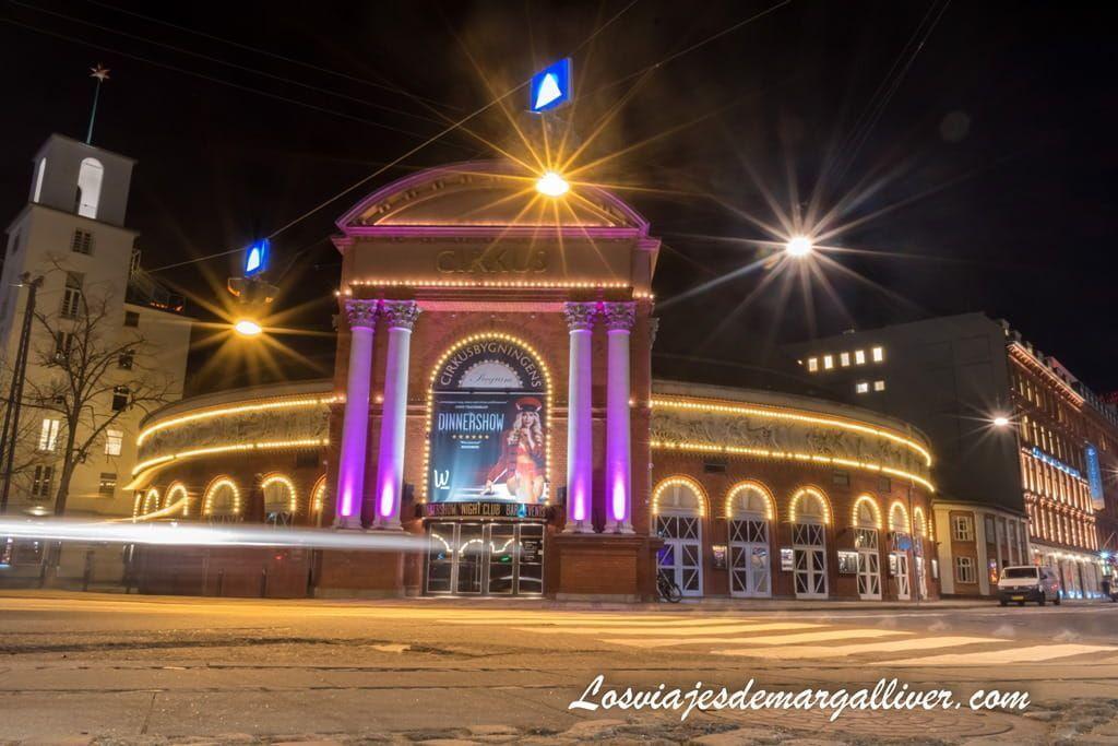 El Cirkus night show iluminado de noche , Copenhague - Los viajes de Margalliver