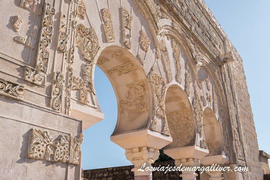 Detalle de la puerta de la casa de Ya' Far en Medina Azahara - Los viajes de Margalliver