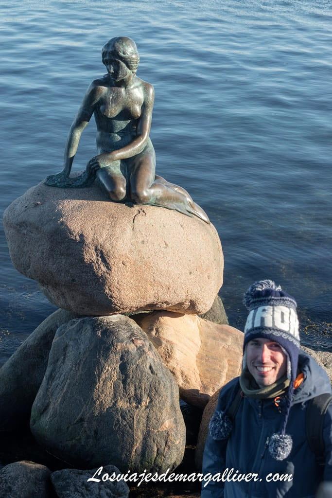 Kike con la Sirenita de Copenhague - Los viajes de Margalliver