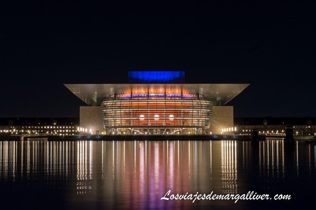 Opera House de noche en Copenhague- Los viajes de Margalliver