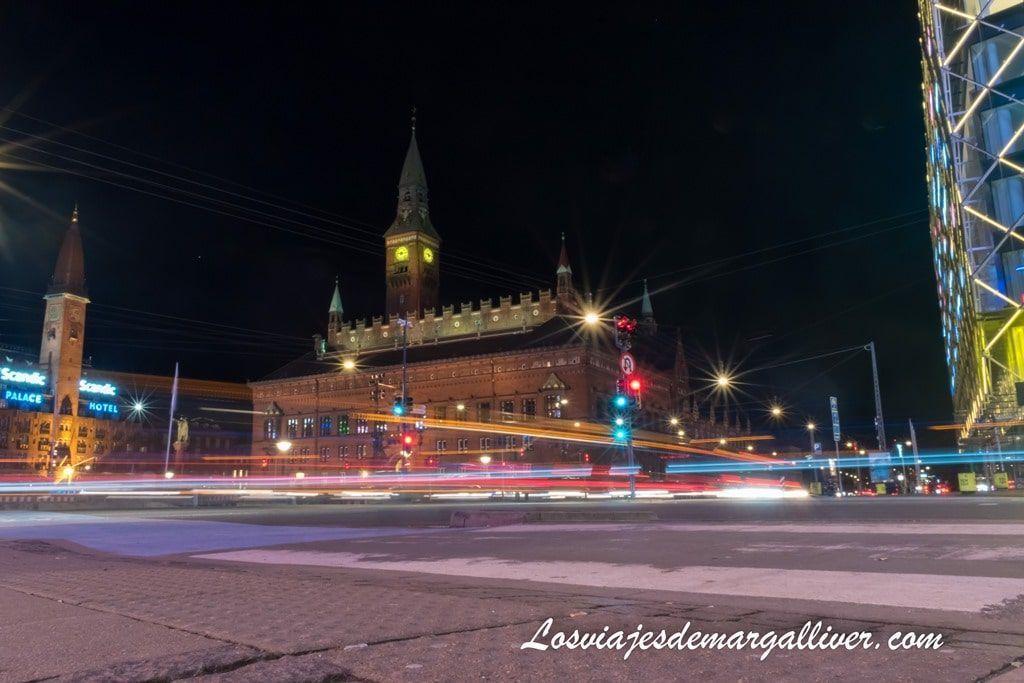 Plaza del ayuntamiento de Copenhague de noche - Los viajes de Margalliver