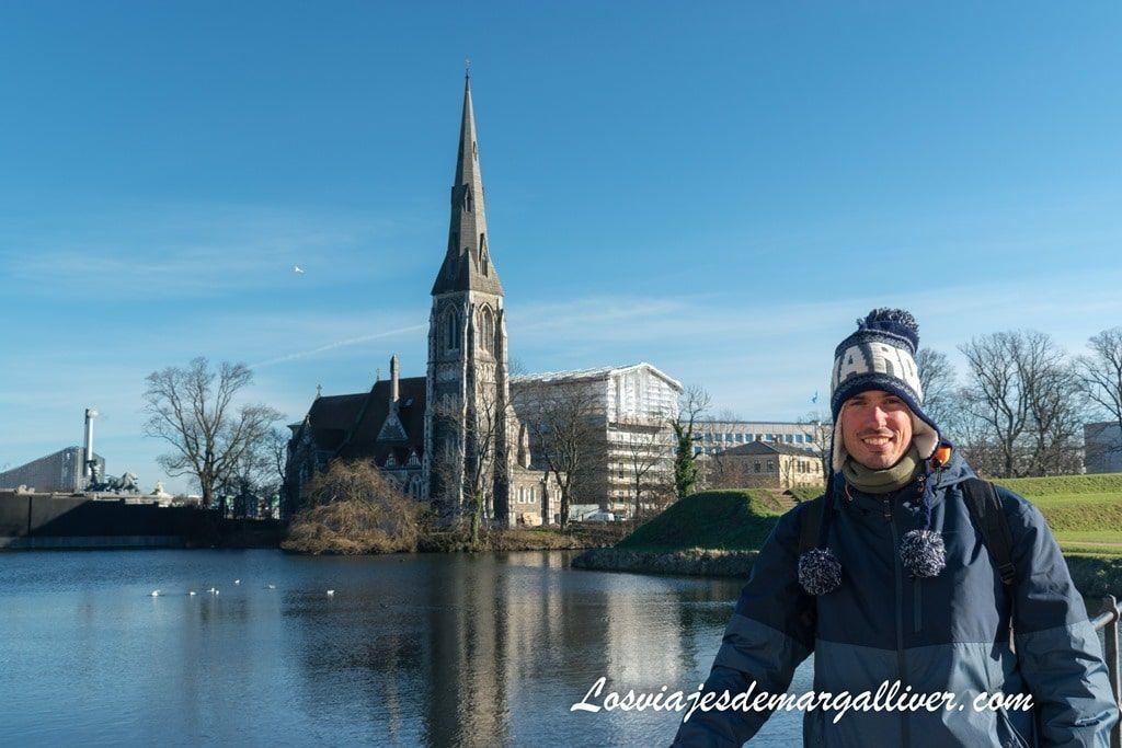Kike y la iglesia de St Alban al fondo en Copenhague - Los viajes de Margalliver
