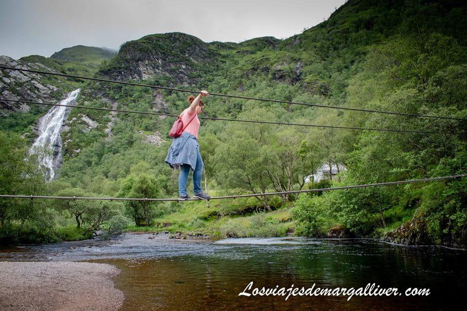 Puente tibetano en Steall Waterfalls en Escocia - Los viajes de Margalliver