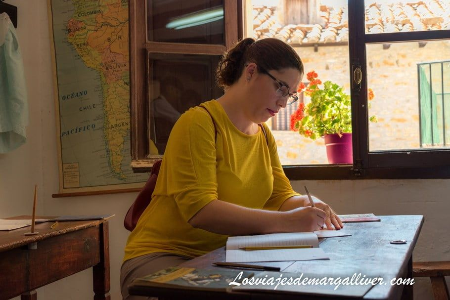 Margalliver escribiendo en la antigua escuela de Puertomingalvo, uno de los pueblos más bonitos de Teruel - Los viajes de Margalliver