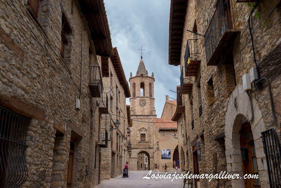 calle de Cantavieja con la torre de la iglesia al fondo - Los viajes de Margalliver