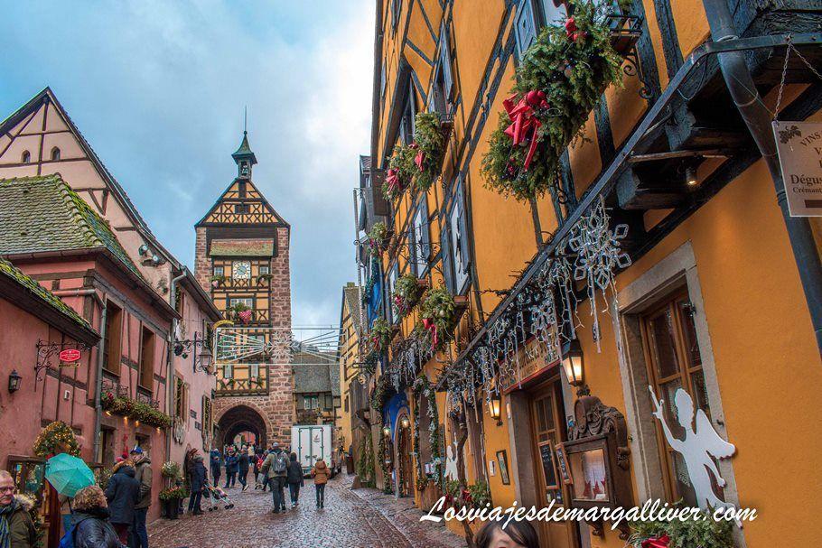 La calle principal de Riquewihr con el Dolder al fondo - Los viajes de Margalliver