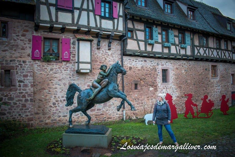 """Escultura de """"La Dame du parc"""" realizada por el artista Josepha en Riquewihr - Los viajes de Margalliver"""