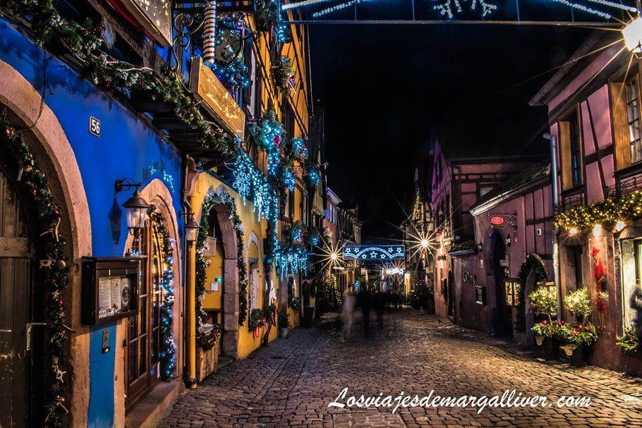 La Rue General de Gaulle de noche en Riquewihr en Alsacia - Los viajes de Margalliver