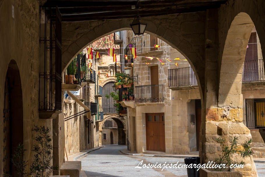 Arcos del ayuntamiento de Calaceite, uno de los puebos más bonitos de la provincia de Teruel - Los viajes de Margalliver