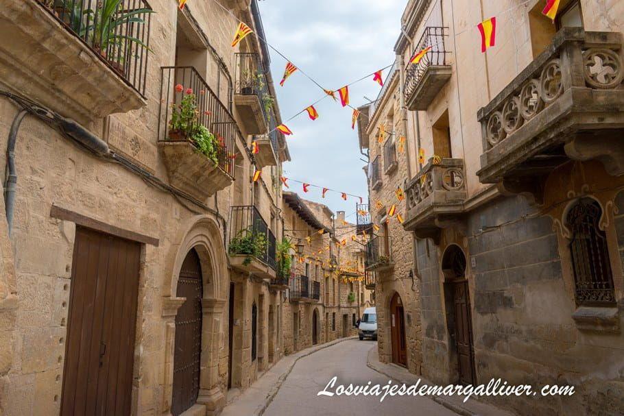 calle engalonada de Calaceite, uno de los pueblos más bonitos de Teruel - Los viajes de Margalliver