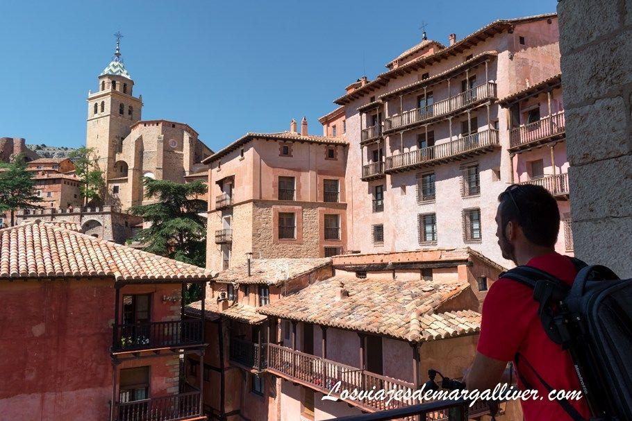 kike admirando la belleza de Albarracín, en la provincia de Teruel - Los viajes de Margalliver