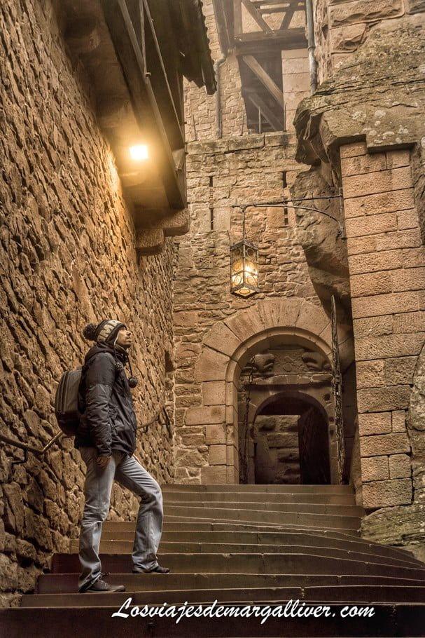 Kike pensativo en la entrada al castillo de Haut-Koenigsbourg, en la Alsacia - Los viajes de Margalliver