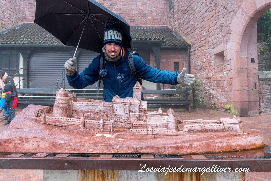Kike con la maqueta del castillo de Haut-Koenigsbourg, que se encuentra en su entrada - Los viajes de Margalliver
