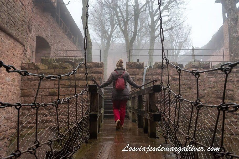 Uno de los puentes colgantes que atravesamos en nuestra visita al castillo de Haut-Koenigsbourg, en la ruta por la Alsacia en 7 días - Los viajes de Margalliver