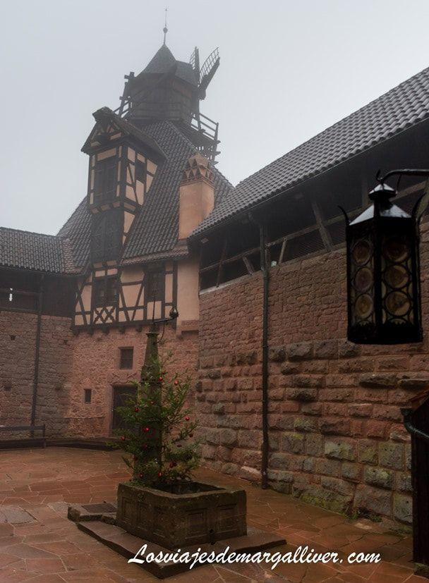 el patio bajo del castillo Kike con la maqueta del castillo de Haut-Koenigsbourg, donde hay un molino de viento - Los viajes de Margalliver