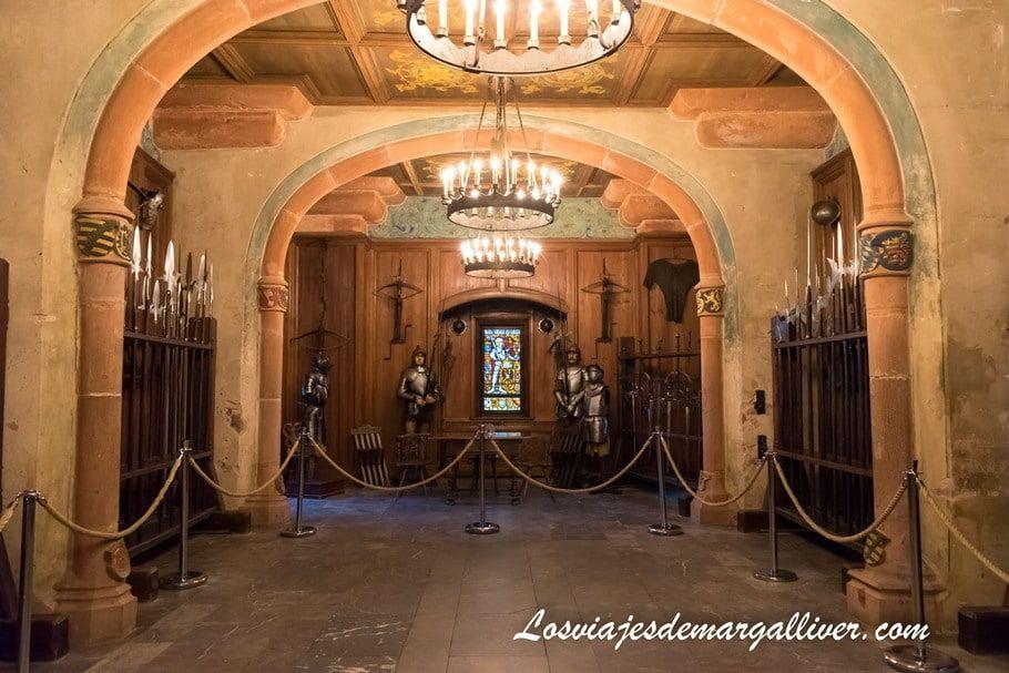 sala de armas del castillo de Haut-Koenigsbourg, visita imprescindible en tu ruta por la Alsacia - Los viajes de Margalliver