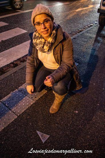 Margalliver con la estatua de la libertad en Colmar, Alsacia - Los viajes de Margalliver