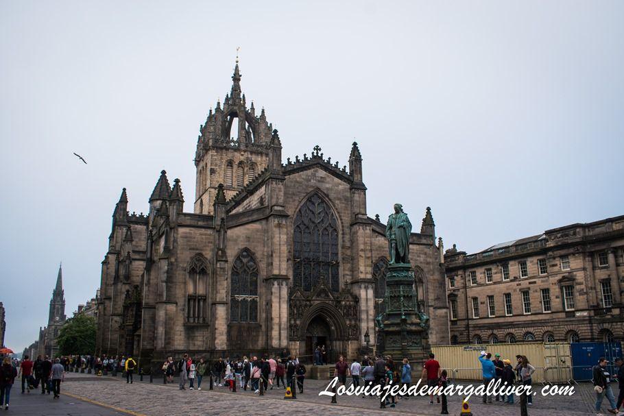 Parlamento escocés detrás de la catedral de Edimburgo - Los viajes de Margalliver