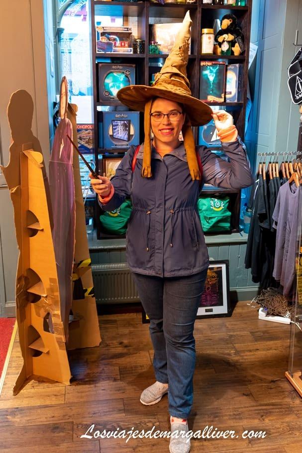 Margalliver disfrazada en la tienda oficial de Harry Potter en Edimburgo - Los viajes de Margalliver