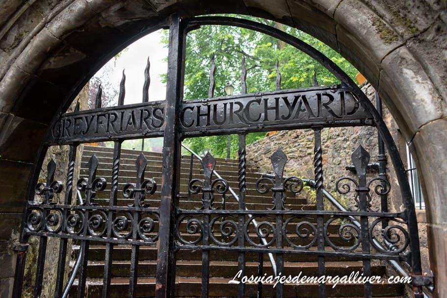 Puerta trasera del cementerio Greyfriars en Edimburgo - Los viajes de Margalliver