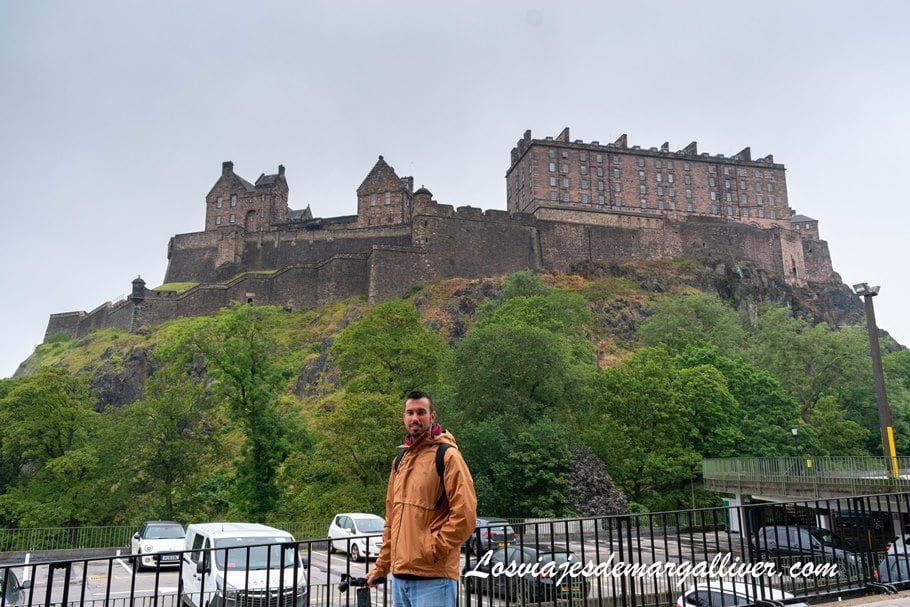 Kike y al fondo el castillo de Edimburgo en Escocia - Los viajes de Margalliver