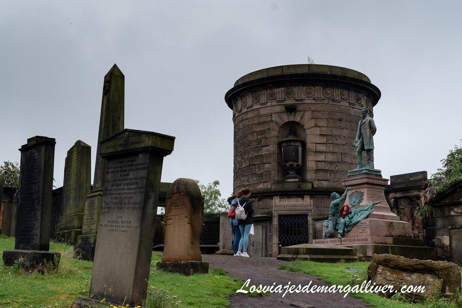 Tumba de David Hume en el cementerio de Old Calton , 10 Cosas que ver en Edimburgo - Los viajes de Margalliver
