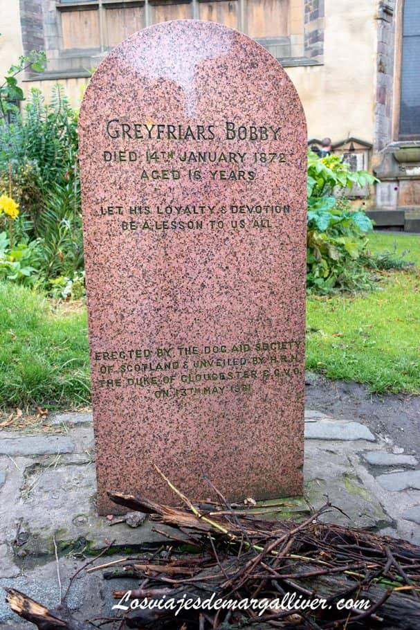 lápida conmemorativa al perrito Bobby dentro del cementerio Greyfriars en Edimburgo - Los viajes de Margalliver