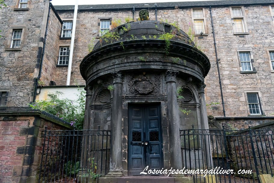 tumba del El cruel mckenzie una de las historias del tour de fantasmas en Edimburgo - Los viajes de Margalliver